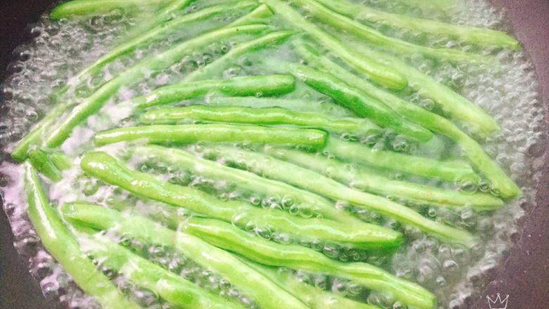 四季豆烧腐竹+春天的味道,锅内放开水烧开,放入四季豆,把四季豆焯水至断生捞出