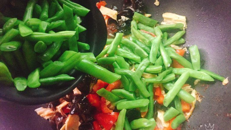 四季豆烧腐竹+春天的味道,最后再倒入四季豆