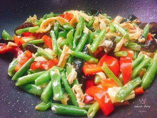 四季豆烧腐竹+春天的味道,起锅前滴一点点芝麻油,多彩的春天菜品就做好了