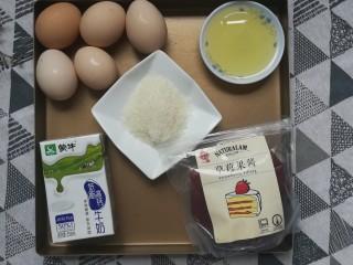 草莓蛋糕卷,准备好鸡蛋,玉米油,白糖,牛奶和草莓果酱