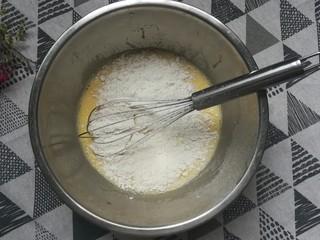 草莓蛋糕卷,筛入低筋粉顺一个方向搅拌