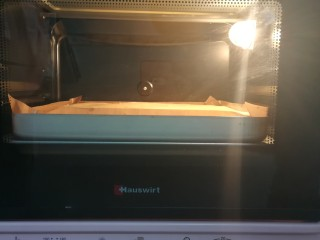 草莓蛋糕卷,放入预热好的烤箱,168度35分钟