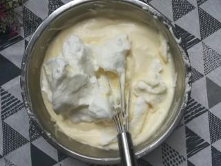 草莓蛋糕卷,分三次加入蛋白搅拌