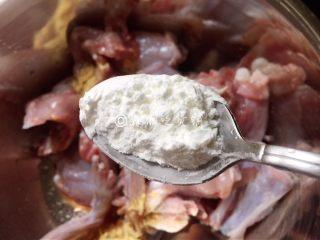 吮指美味  香辣牛蛙煲,再加淀粉,抓匀,备用。