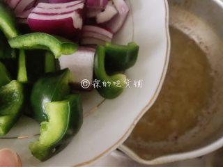 吮指美味  香辣牛蛙煲,再把蔬菜放入炸制。