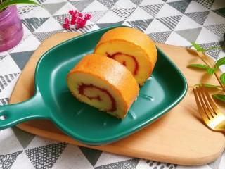 草莓蛋糕卷,切块摆放好