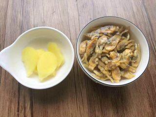 筒骨芥菜汤,蛏干清洗干净,放入小碗,倒入适量开水,浸泡20分钟,生姜去皮,清洗干净切片待用。