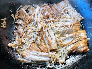 香煎金针菇,煎制一面金黄色再翻过来继续煎制另一面