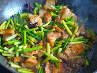 春季必吃好菜——五花肉炒蒜薹,最后放入蒜苔和盐再翻炒2分钟(如果喜欢吃熟烂一点的,可以再多焖两分钟);