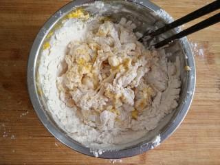 时蔬炒刀削面,将鸡蛋直接磕入面粉,用筷子搅拌成絮状。(300克面粉加入两个鸡蛋120左右,和出的面是比较硬的,这样的面适合做刀削面和手擀面)