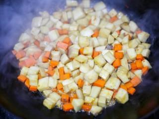 米饭杀手肉末炒杏鲍菇,大火翻炒至杏鲍菇显干爽状态。