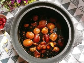 猪脚姜醋,经过一个小时的熬,煮鸡蛋跟猪脚都熬得非常的入味,这时已经煮好了