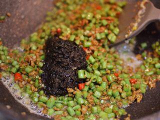 橄榄菜肉末豆角,放入一大勺橄榄菜。