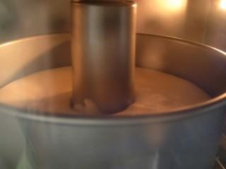 解决不消泡不塌腰完美de海绵蛋糕,放入预热好的烤箱,160°烤33到35分钟。