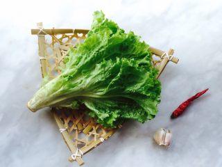 蚝油生菜,备好生菜、蒜、干辣椒