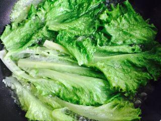 蚝油生菜,焯烫十秒即可捞出控水装盘
