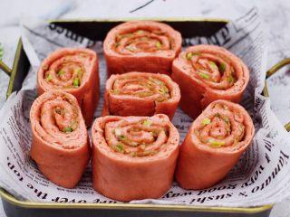 蒜香粉嫩肉龙花卷,颜值担当又好吃的肉龙出锅咯,用刀切成自己喜欢的块状即可享用了。
