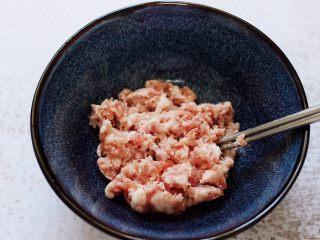 蒜香粉嫩肉龙花卷,准备好猪肉馅料,放到一个大一点的碗里。