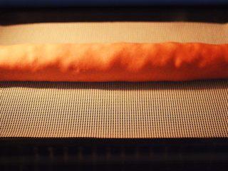 蒜香粉嫩肉龙花卷,把做好的肉龙放到蒸箱里进行二发,发至原来的1.5倍时,蒸熟即可,如果是用蒸锅蒸的话,大火蒸20分钟后关火,焖5分钟即可。