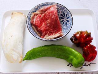 时蔬美味牛肉串,首先备齐所有的食材,<a style='color:red;display:inline-block;' href='/shicai/ 216/'>牛肉</a>洗干净,用清水把血水泡出。
