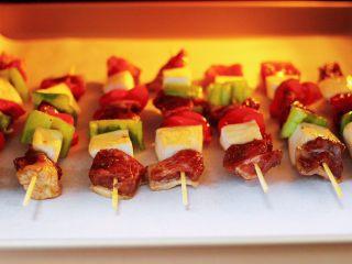 时蔬美味牛肉串,把做好的牛肉串放入东菱烤箱的中层。