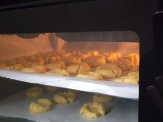 玛格丽特饼干,烤箱中层170度 烤15到20分钟 (根据自家烤箱脾气来定 最后5分钟看饼干有没有上色 上色了就可以拿出来)