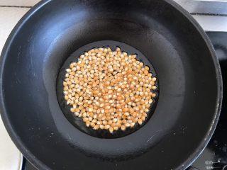 焦糖爆米花,锅中倒入玉米油,加热到七成热放入玉米粒