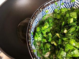 韭菜炒鸭蛋,待锅内油七分热时,下韭菜鸭蛋