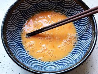 韭菜炒鸭蛋,鸭蛋磕入碗内,打散