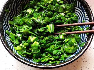 韭菜炒鸭蛋,搅拌均匀
