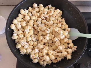 焦糖爆米花,倒入爆米花快速搅拌均匀,晾凉后就可以食用了