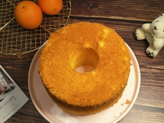 解决不消泡不塌腰完美de海绵蛋糕,冷却脱模漂亮的毛巾底就出现了,好啦,现在基础的蛋糕底制作已经教给你们了,接下来就是自由组合啦,随便加奶油,水果巧克力,只要你喜欢都可以。