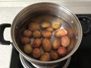 香煎小土豆,小土豆洗净,加水煮10分钟左右