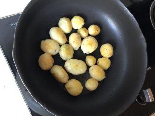 香煎小土豆,锅烧热放<a style='color:red;display:inline-block;' href='/shicai/ 12828/'>油</a>,下土豆煎至2面金黄,大块可以切碎一下更入味。油可以稍微多一点,煎的时间长一点,锅巴多一点才好吃