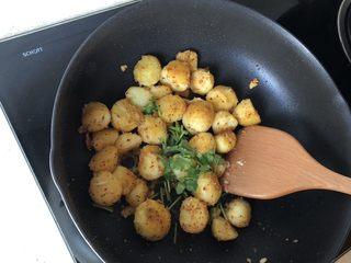 香煎小土豆,撒一点香菜末即可开吃