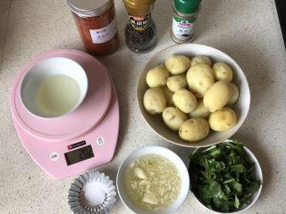 香煎小土豆,土豆剥皮,其他材料备好
