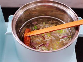虾皮翡翠白玉羹,汤锅里加入适量的清水,把爆炒过的虾皮和葱姜倒入锅中。