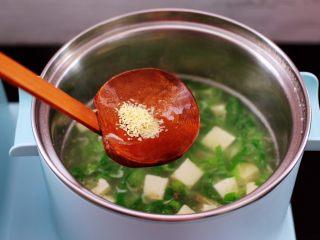 虾皮翡翠白玉羹,加入鸡精调味。