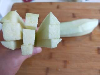 #蒸菜#香菜蒜末凉拌茄泥  新文美食,切成长条。