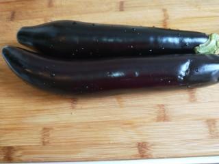 #蒸菜#香菜蒜末凉拌茄泥  新文美食,长茄子两个洗干净。