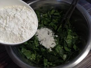 蒸菠菜,将面粉倒入菠菜中,一边放一边搅拌