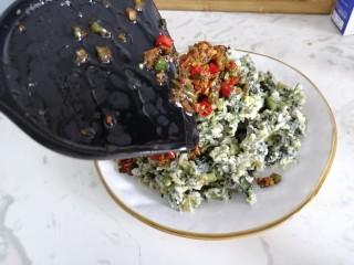 蒸菠菜,将蒸菜放入盘中,然后将调味料淋在菠菜面上即可