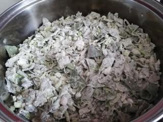 蒸菠菜,然后铺到蒸屉上,不要压实,大火蒸12分钟左右即可