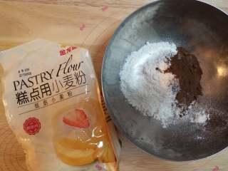 树莓核桃挞,(六寸挞盘一个) 首先做挞皮。将金龙鱼低筋面粉和可可粉混合过筛,加入细砂糖在盆内混合均匀