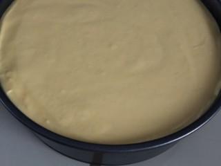 免烤箱零失败 芒果慕斯蛋糕,先倒一半慕斯液,再按个人喜好撒上适量的芒果粒(这个步骤忘记拍了)随后再倒入另一半慕斯液,表面尽量刮平(我是用小木铲慢慢打圈式刮平的)然后轻轻震几下,震去气泡
