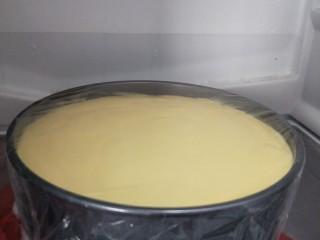 免烤箱零失败 芒果慕斯蛋糕,盖上保鲜膜,放入冰箱冷藏4小时以上,过夜最好(我的冰了5小时)