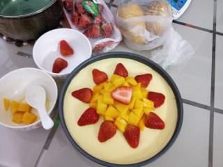 免烤箱零失败 芒果慕斯蛋糕,先把水果切好,芒果切粒,草莓对半切开,然后再将冷藏好的慕斯蛋糕取出,此时的蛋糕已经成型,轻轻的将水果铺在蛋糕表面,按个人喜好摆好造型,脱模的时候用吹风机热风围着蛋糕均匀受热吹几圈就能轻松脱模啦!(这个步骤忘记拍了,实在不会可以百度)