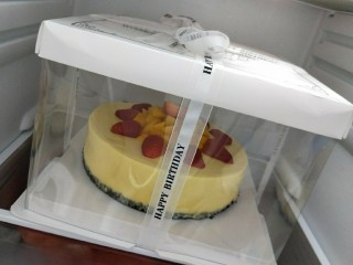 免烤箱零失败 芒果慕斯蛋糕,侧面脱模之后底部的模具脱不脱模都可以,底部的模我没有脱,因为饼干底易碎,送人的话底部就脱模,在家吃的话就不用脱模啦,自己买了蛋糕盒回来包装,给家人一份特别的惊喜