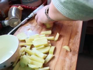 孜然土豆,先切成土豆条。