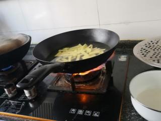 孜然土豆,把土豆放到锅里,凉水慢煮。